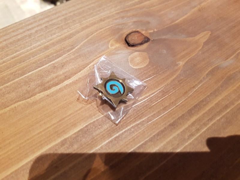 Das wohl beste Blizzard Goodie: Ein Hearthstone pin. Spielt einfach das Spiel in Halle 7.