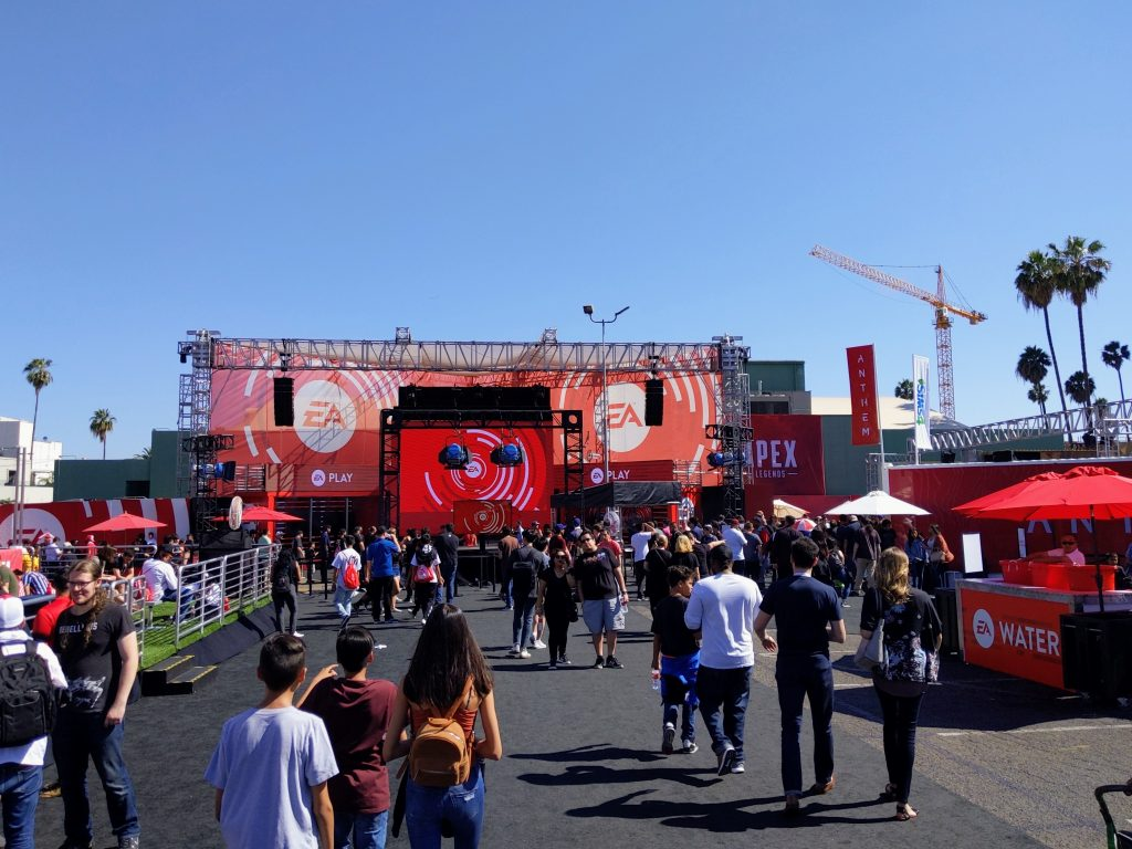 Blick auf die EA Play Bühne