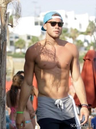 blake-griffin-deandre-jordan-shirtless-mykonos-06282013-22-435x580