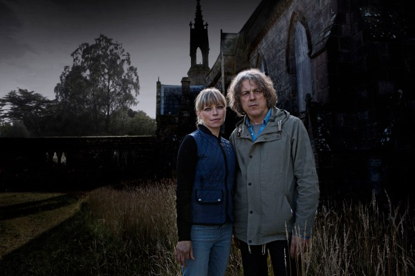 WARNING: Embargoed for publication until 00:00:01 on 22/11/2016 - Programme Name: Jonathan Creek - TX: n/a - Episode: n/a (No. n/a) - Picture Shows: (L-R) Polly Creek (SARAH ALEXANDER), Jonathan Creek (ALAN DAVIES) - (C) BBC - Photographer: Mark Mainz