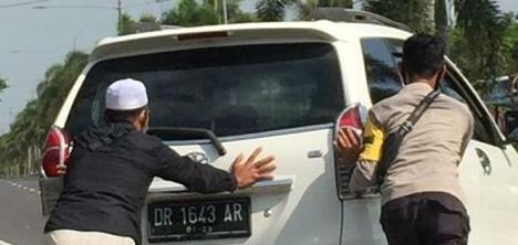 Takut Timbulkan Kemacetan Polisi Desa Nekat Dorong Mobil Mogok