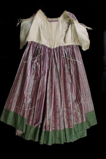 The skirt was designed to be lifted up from the ground in a style known as à la polonaise, which was created by tying the top and bottom linen tapes together.