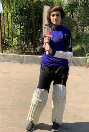 Sabila Nur With Cricket Picture
