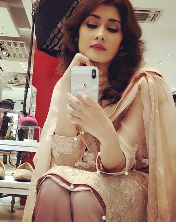 Umme Ahmed Shishir mirror selfie photo