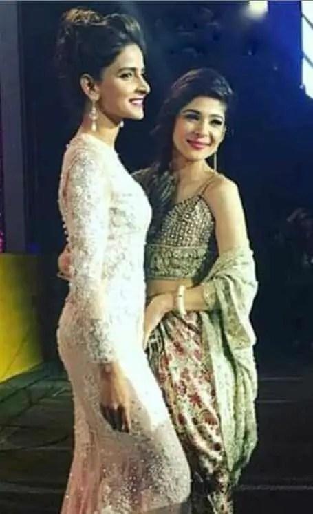 Saba Qamar with her Co-actress