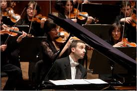 Benjamin Hochman playing a concerto with the orchestra