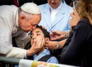 Pope_kisses_young_man_in_Philadelpia