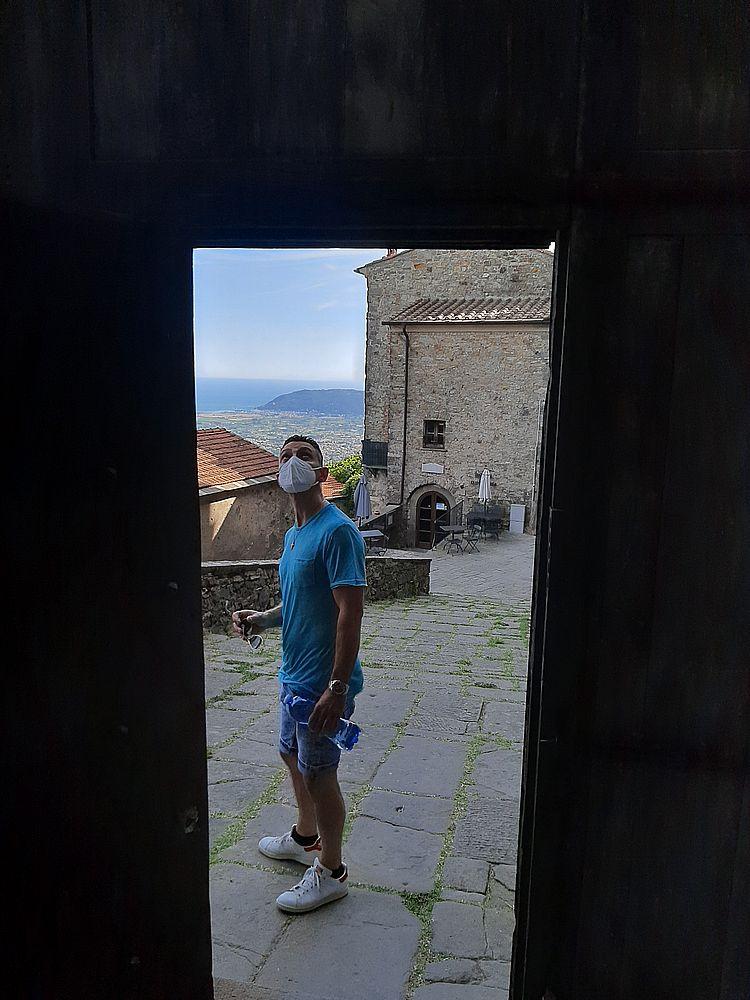 insidethestaircase castello malaspina fosdinovo dal portone ph elettra nicodemi allrightsreserved