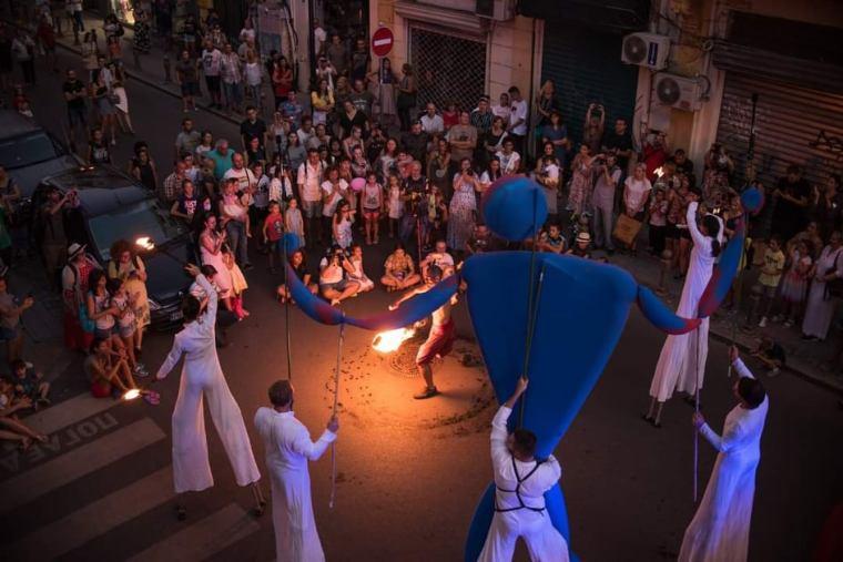 blue gigantic puppets fireter