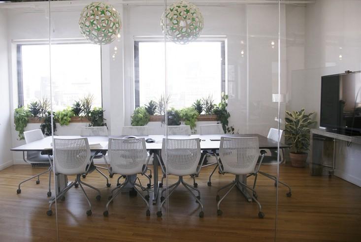 ruang meeting Konsep terbuka dengan indoor garden
