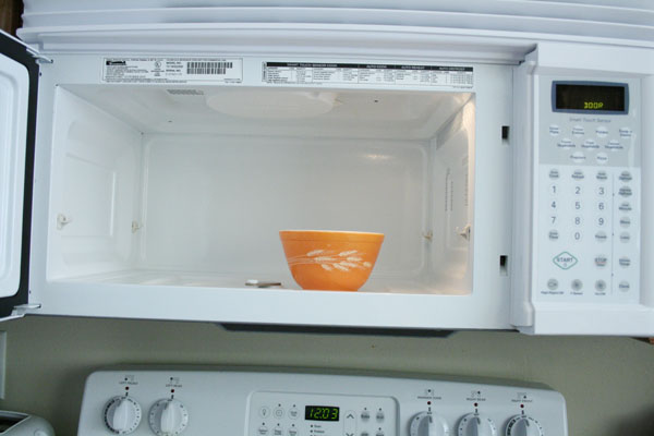 tip for cleaning your microwave oven