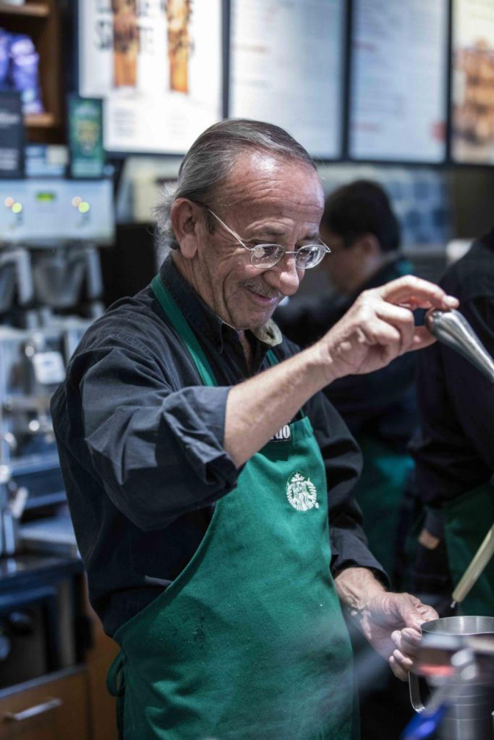 Starbucks Mexico tienda adultos mayores