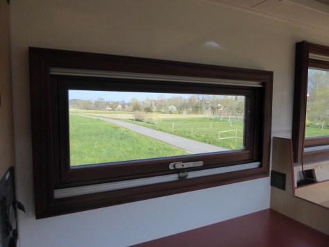 Fenster mit Rollos und Holzrahmen
