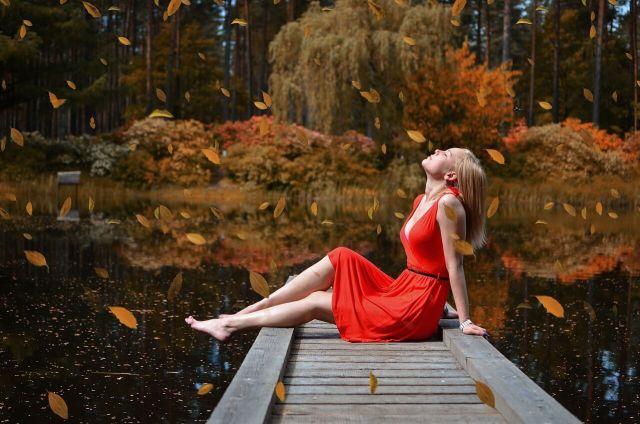 Žena na molu s červenými šaty
