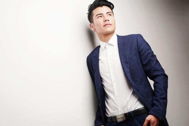 Modrý oblek a košile – business casual dress code