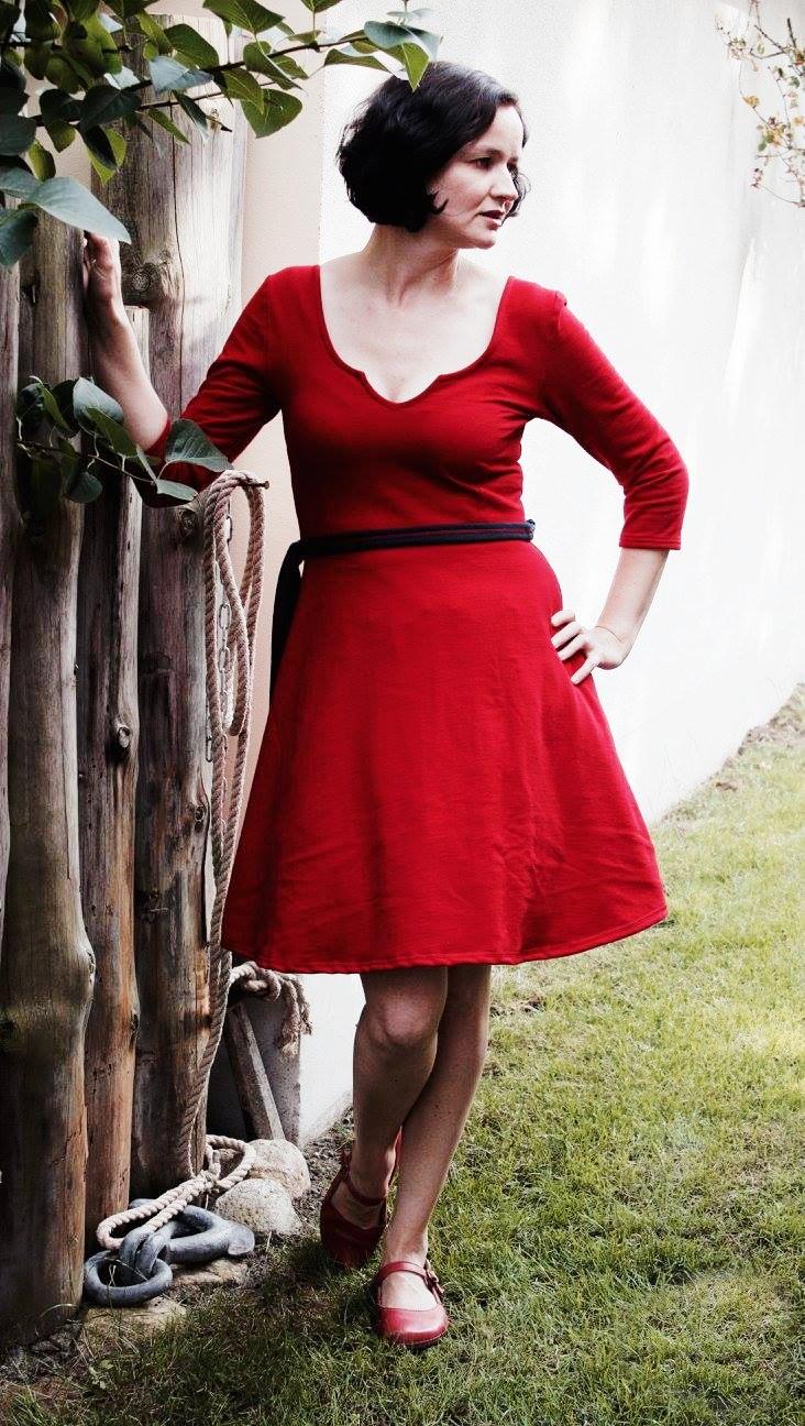 Nuria-Jerseykleid-farbenmix-bienvenido-colorido_Ebook-Kleid_Schnittmuster-rotes-Damenkleid