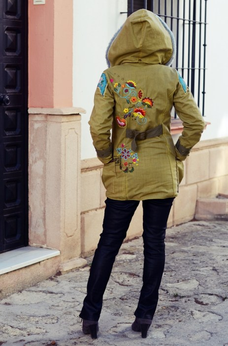 Allwetterjacke CARLA bestickt und mit Kapuze - neu bei farbenmix - design: bienvenido colorido