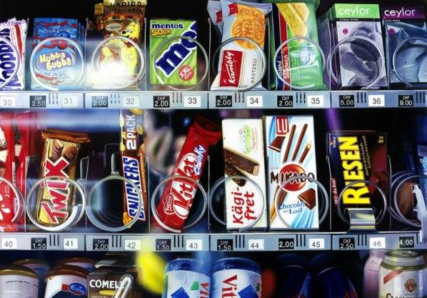 hyperrealistic-paintings-roberto-bernardi-candy-machine