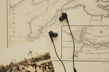 black-in-ear-earbuds