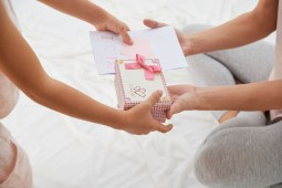 Gift Giving Checklist: The Do's And Don'ts