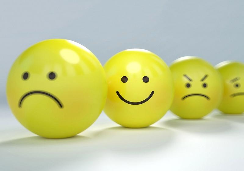 smiley au centre de grimasses