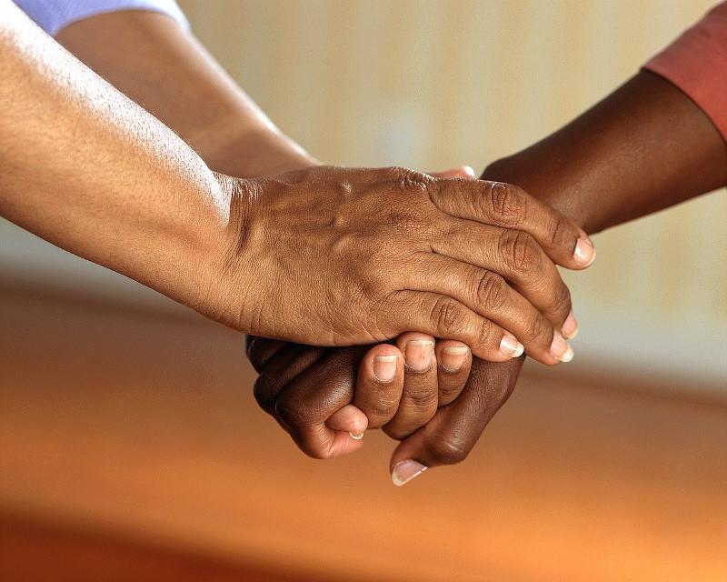 les mains d'une personne empathique qui réconforte une autre