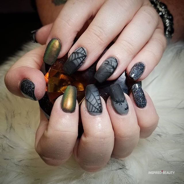 web Halloween nails