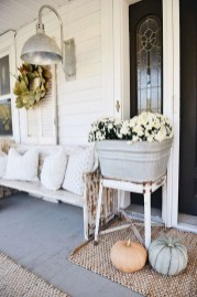 Astonishinh Farmhouse Front Porch Design Ideas 49