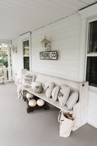 Astonishinh Farmhouse Front Porch Design Ideas 55