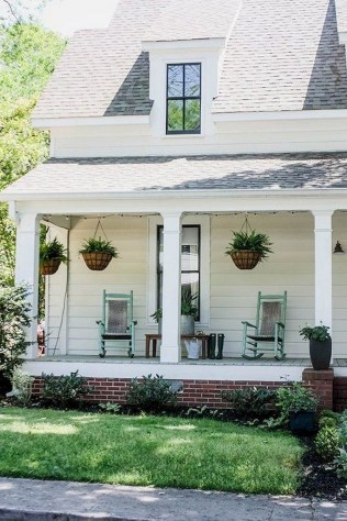 Astonishinh Farmhouse Front Porch Design Ideas 56