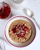 Glutenfri kanelgröt med röda bär och cashewnötsmjölk