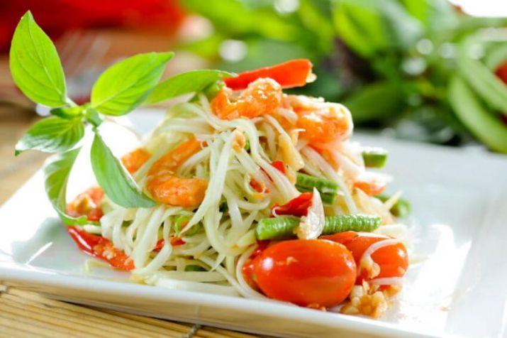 makanan enak salad som tam - thailand