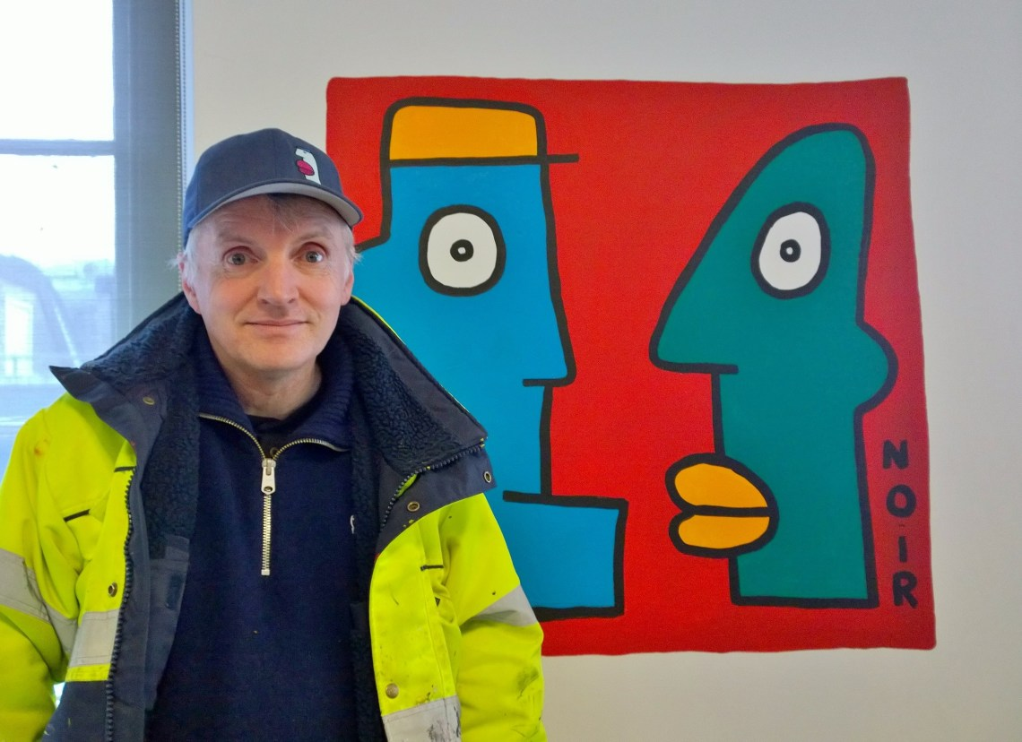 Thierry Noir next to the art he created for the event