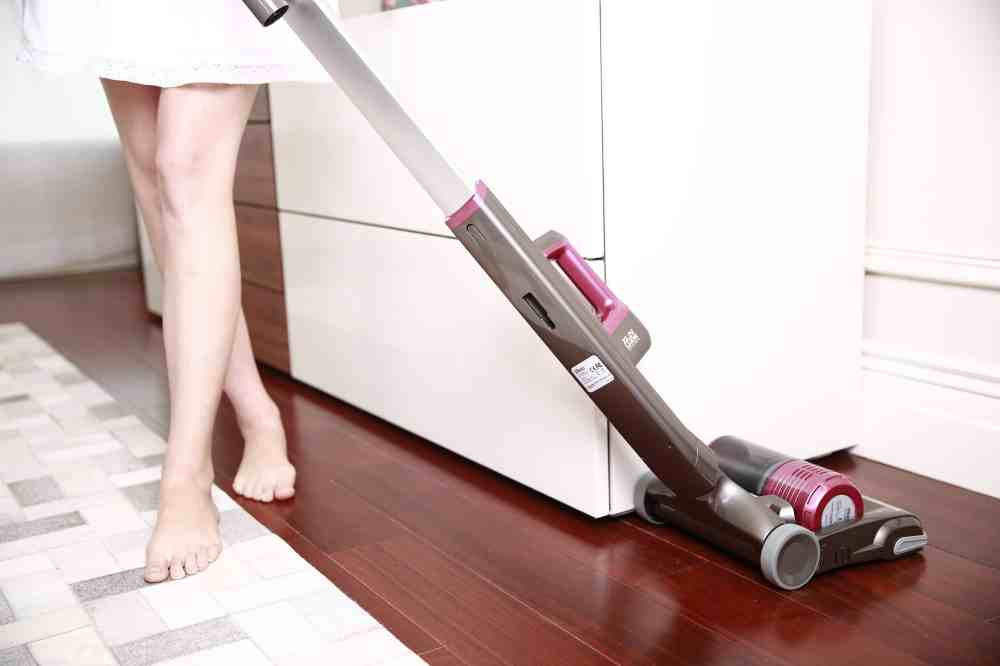woman-hoover