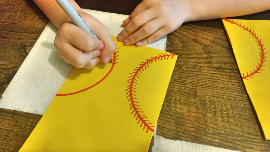 If you are looking for an easy and fun idea for a softball gift you will love these cute DIY softball treat bags. Perfect for end of season gifts or team mom gifts for softball girls.