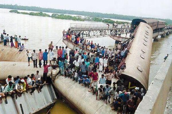 Kadalundi river disaster due to bridge collapse; 57 killed