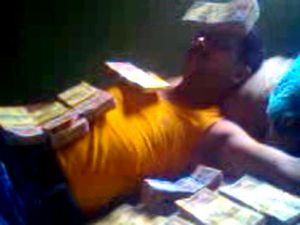 Tripura-CPIM-leader-sleeps-on-bed-of-notes-2