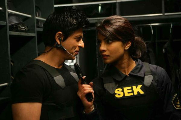 still-of-shah-rukh-khan-and-priyanka-chopra-in-don-2-(2011)-large-picture