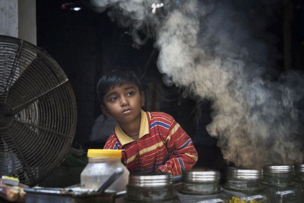 800px-India_-_Varanasi_kid,_smoke,_fan_-_0211