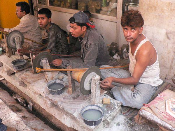800px-Marble_Grinding_Near_Taj_Mahal_June_2006