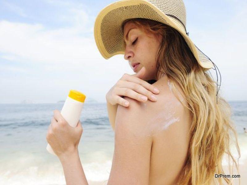 woman-using-sunscreen