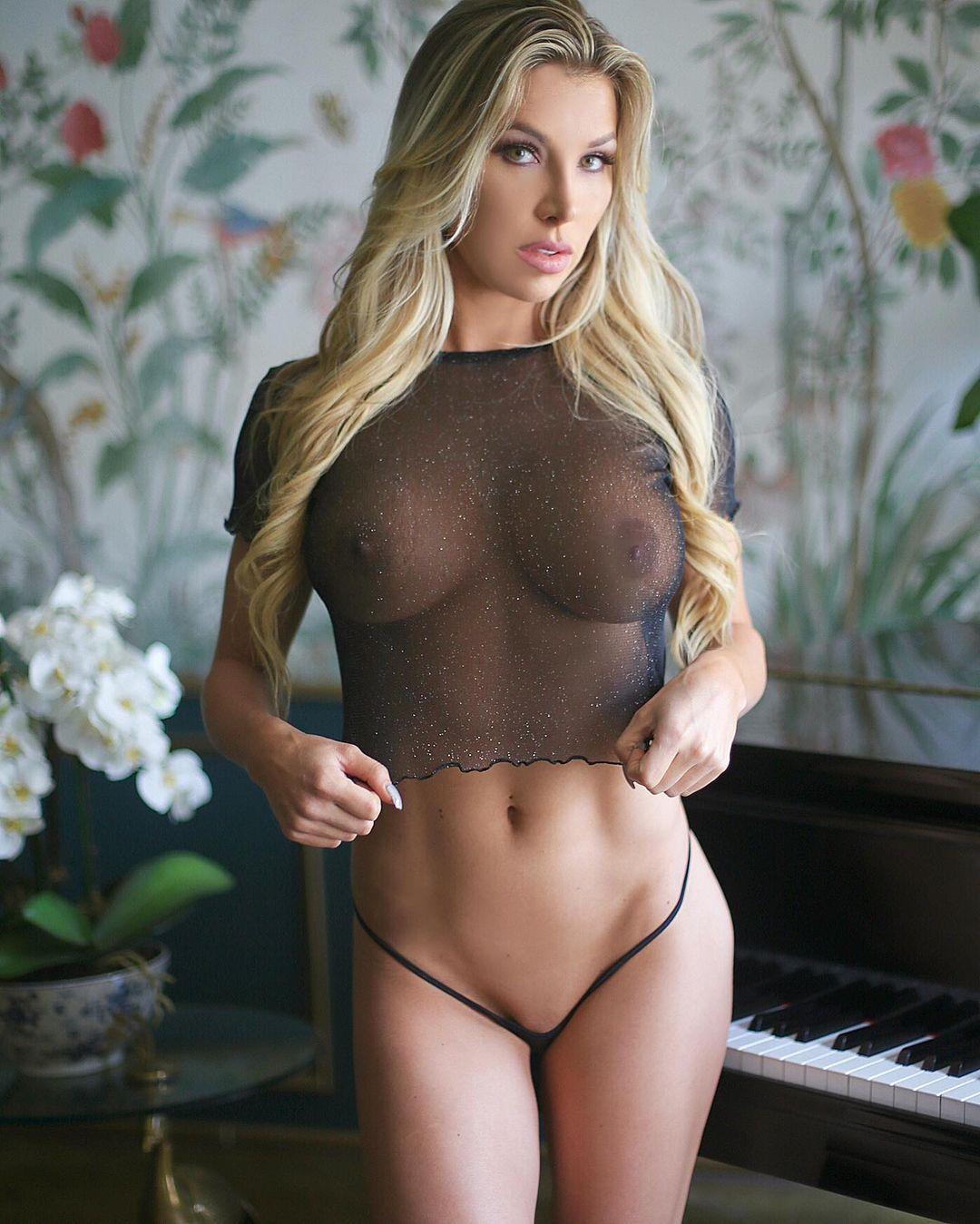 Роскошная секси блонда в соблазнительном белье