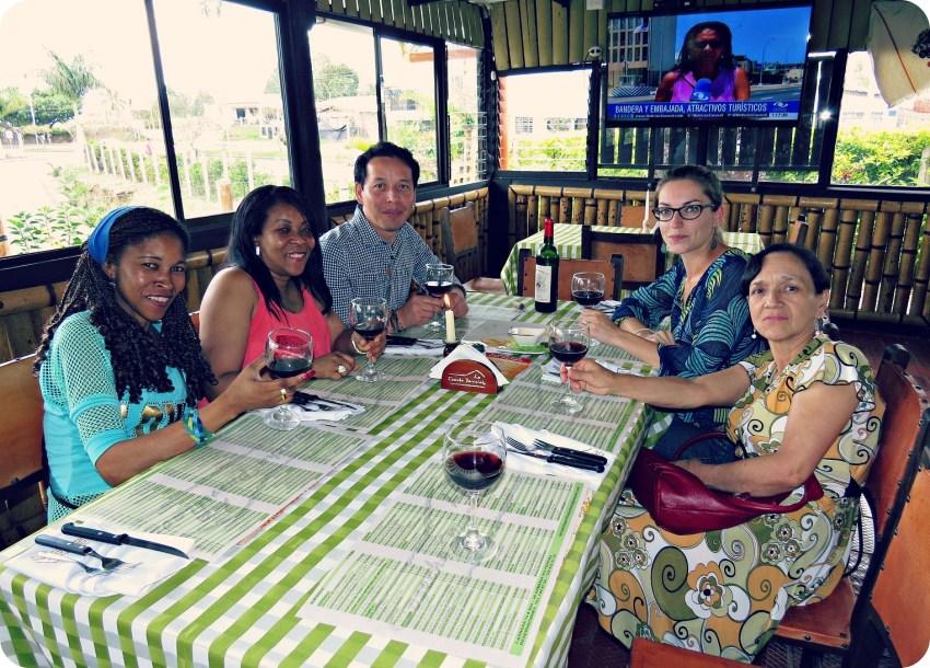 Charlène, Charles, su mamá y 2 amigas (Emir y Marta) sentadas a la mesa del restaurant La Cosecha Parrillada en Armenia