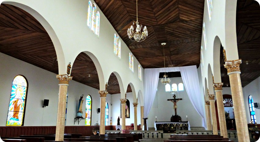 Interior de la iglesia Nuestra Señora del Carmen situada en la Plaza Bolívar de Salento
