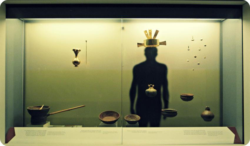 Vitrine du Musée de l'Or d'Armenia présentant, notamment, une couronne et des plats