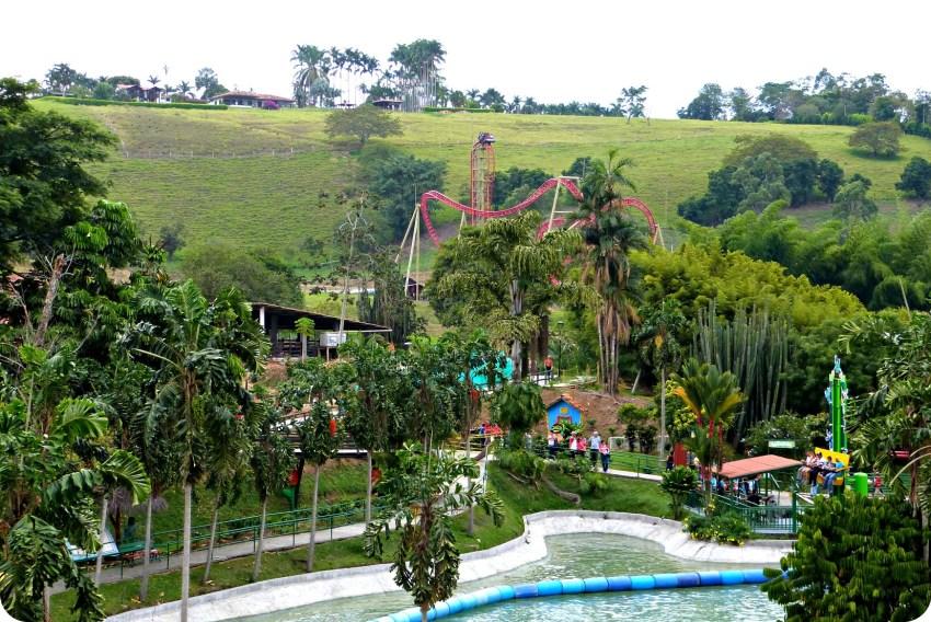 Vue du haut d'une attraction vers l'attraction à sensation Kráter au Parque del Café