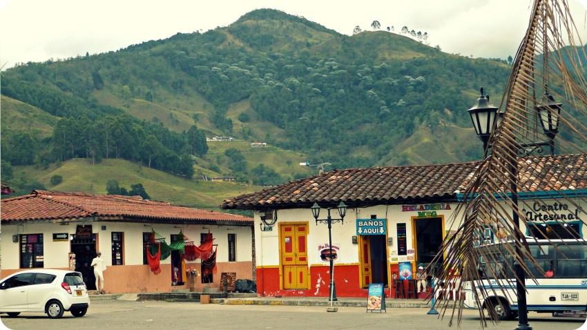 Vista sobre las montañas desde la plaza Bolívar de Salento