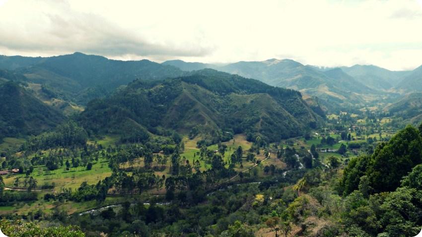 Vista sobre el Valle de Salento, la montaña y el río desde el punto de vista
