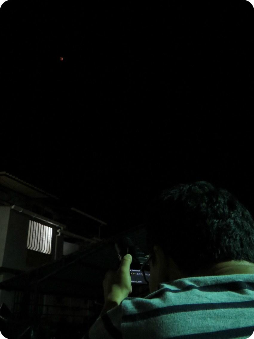 Charles tomando una foto del eclipse del 27/09/2015 en Armenia