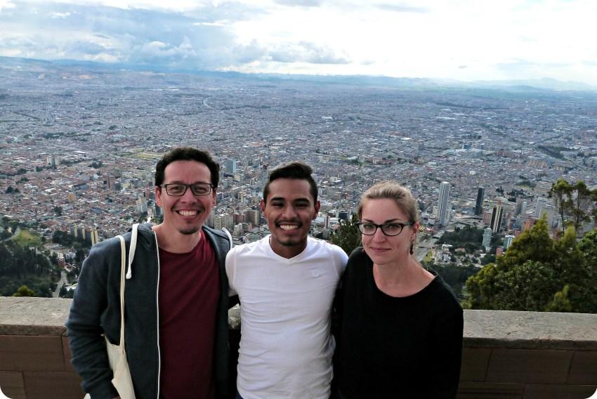 Charles, Brayan et Charlène avec la vue de Bogotá derrière depuis Monserrate
